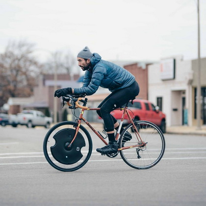 Traveling from New York City to Las Vegas, cyclist Max Lippe equipped his bike with @electronwheel…